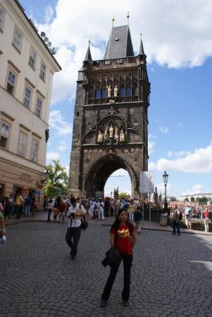Old Town Bridge Tower: En frente al Puente de San Carlos que cruza el Rio Moldava Praga (Republica Checa)