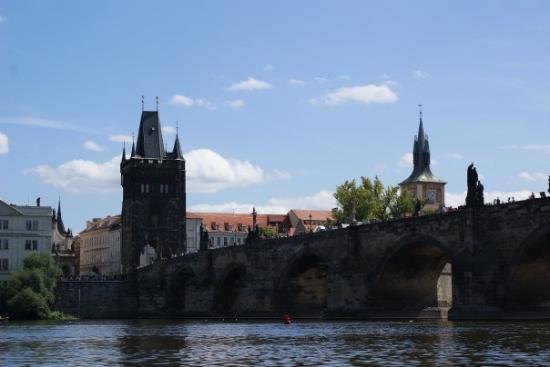 สะพานชาร์ลส์: Vista del Puente de San Carlos, desde el Rio Moldava.