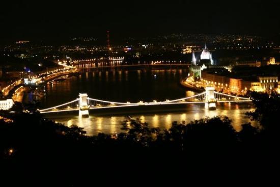 สะพานโซ่: Puente sobre el Rio Danuvio.. Budapest (Hungria)