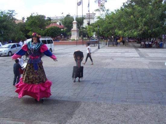ลีอง, นิการากัว: The Giantona is a giant puppet figure representing the Spanish lady in all her power and splendo