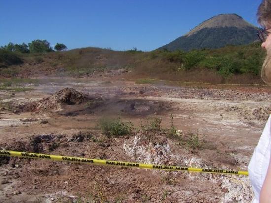 ลีอง, นิการากัว: the combination of sulfur, sodium and water causes the ground to bubble and smoke