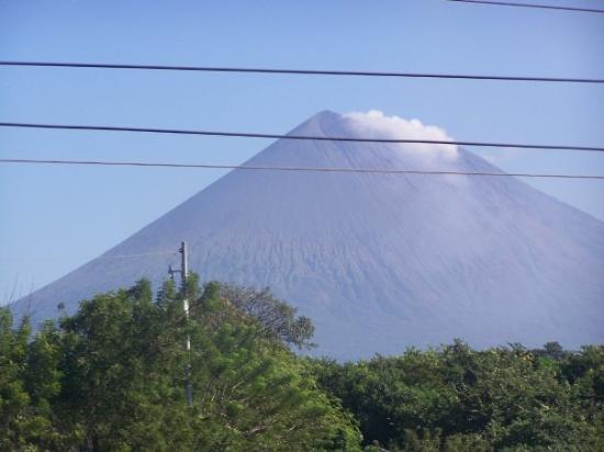 ลีอง, นิการากัว: an active volcano