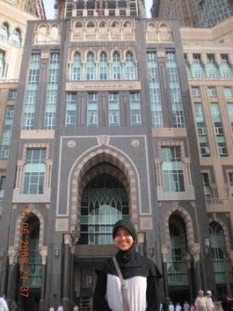 ZamZam Pullman Makkah: Di depan Hotel Zam-zam..letaknya tepat di depan pintu utama Masjidil Haram