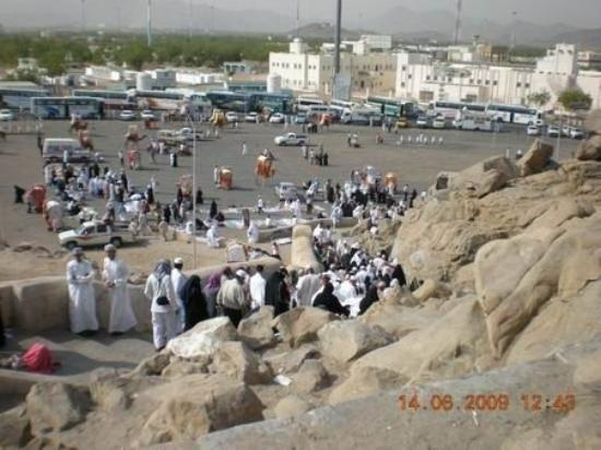 เมกกะ, ซาอุดีอาระเบีย: Suasana dari atas Jabal Rahmah...ramai dengan jamaah yg ingin naik...