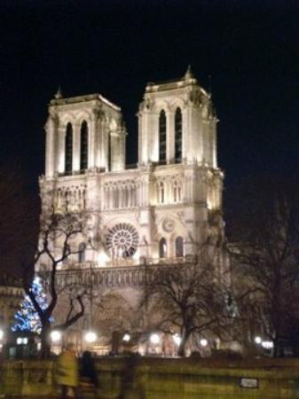 มหาวิหารน็อทร์-ดาม: notre dame by night...fantastica!!!