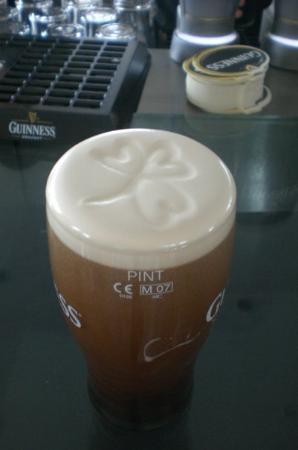 Guinness Storehouse: une guinness très bien servie par le gentil barman