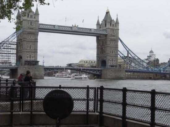 สะพานทาวเวอร์บริดจ์: Tower Bridge, London.  Where they would jam your severed head on a spike for a  month to show wh