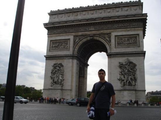 ประตูชัย: creo q se ve bien el arco del triunfo.. no?? no parece pero es gigante