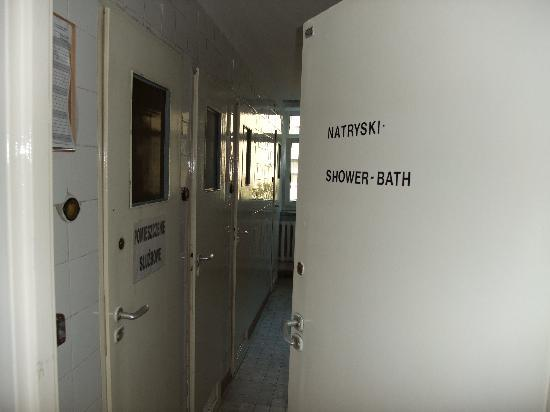Hera Guest House: entrence to the showers