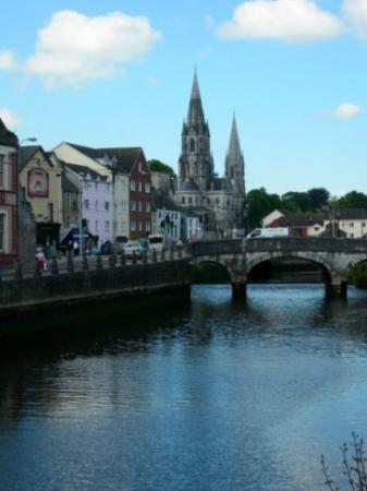คอร์ก, ไอร์แลนด์: Looking at St. Finbar's Cathedral over the Lee River in Cork City