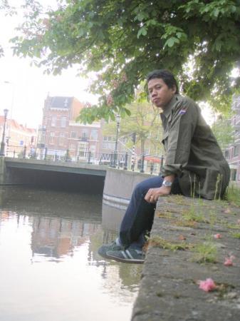 """เฮก, เนเธอร์แลนด์: Di pinggir kali. Mengutip Henky Widjaja (Ketua PPI Den Haag 2008-2009)""""kali di Belanda enggak be"""