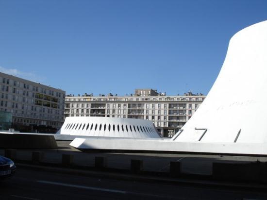 """เลออาฟวร์, ฝรั่งเศส: le """"pot de yahourt"""" sur la droite"""
