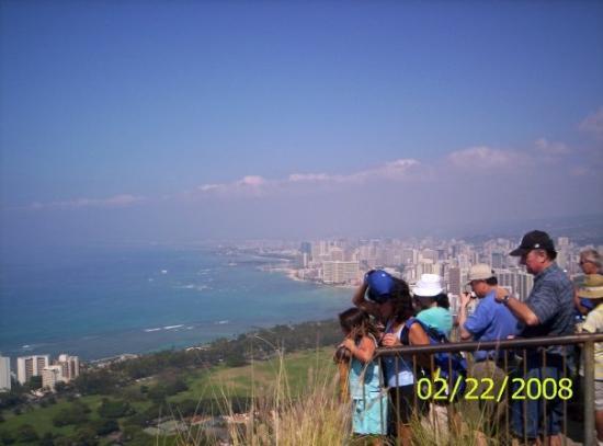 ไดมอนด์เฮด: Looking back toward Honolulu.