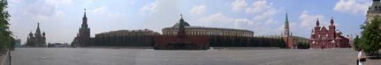จตุรัสแดง: 莫斯科已是一座歷史名城,以佈局嚴整的克里姆林宮和紅場為中心,向四周輻射伸展。克里姆林宮是俄國歷代沙皇的宮殿,氣勢雄偉。城堡內有精美的教堂、宮殿、鐘塔和塔樓。在中心的教堂廣場,有巍峨壯觀的聖母x