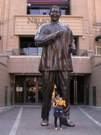 โจฮันเนสเบิร์ก, แอฟริกาใต้: Nelson Mandela ternyata RAKSASA ya??? baru tau gw..hehee..