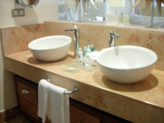 Playa Mujeres, Mexico: Double sinks