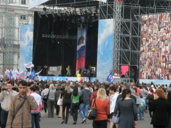 Palace Square (Dvortsovaya Ploshchad): Denne plassen heter: Alexander Colunn-Dvortsovaya Pl. Her var det ei som het Katarina .........
