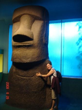 พิพิธภัณฑ์ศิลปะเมโทรโปลิทัน: abrazandoa Ton Ton, de la Isla de Pascua!!!