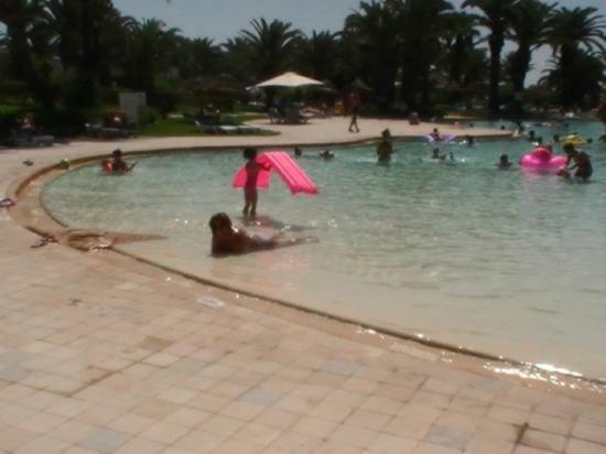 Tomando el sol en la piscina picture of sidi bou said for Follando el la piscina