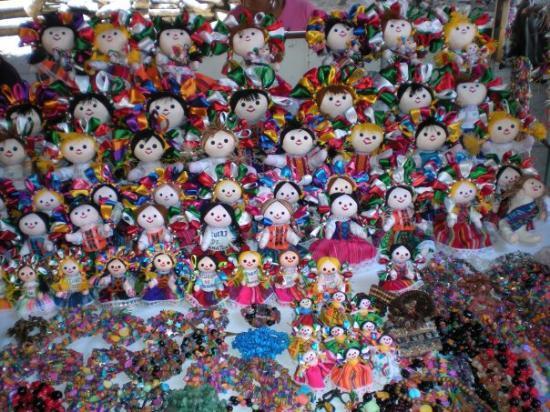 Hidalgo Market (Mercado Hidalgo): Street vendor dolls