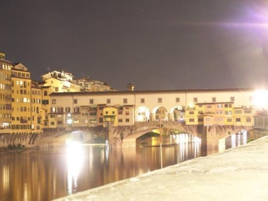 Ponte Vecchio: Ponte Vecchi bridge in Florence at night.