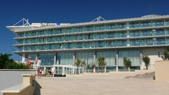 Sun Gardens Dubrovnik: The main hotel building from the plaza