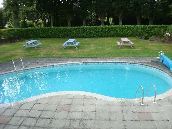 Les Douvres Hotel: Pool