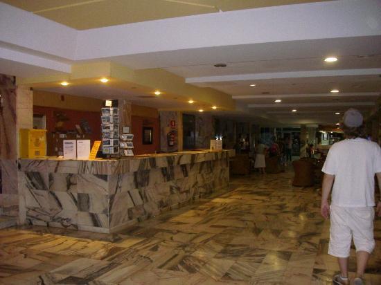 OLA Hotel Panama: le hall d'accueil avec des hotesses parlant français