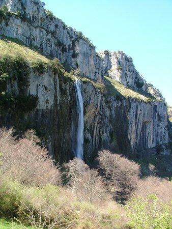 Centro de Interpretación PN Collados del Asón y Montaña Oriental: Resurgent waterfall