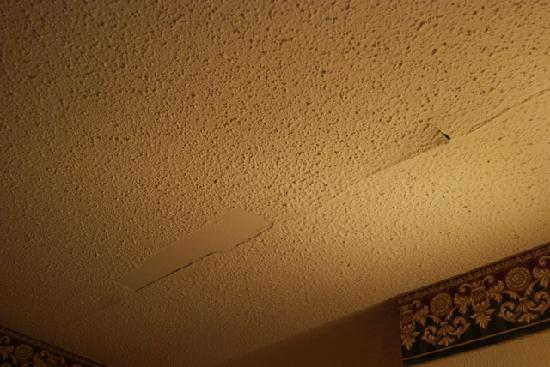 Knights Inn Fayetteville : Paint on ceiling peeling off
