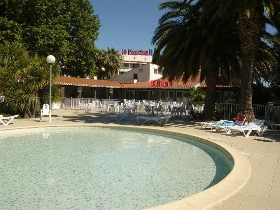 Alenya, Франция: Pataugeoire , bar et hotel