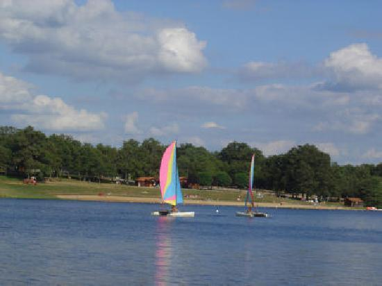 Videix, فرنسا: Boating at Videix Lake and Beach