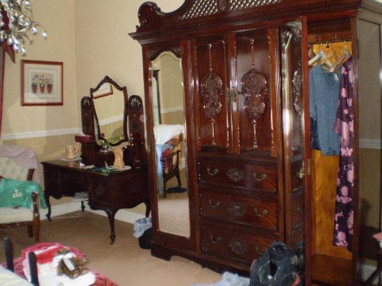 Priskilly Forest Country House with Golf Club: The stunning cupboard in our room.