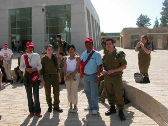 เยรูซาเล็ม, อิสราเอล: Con guardias del ejercito Israeli en el museo moderno en honor a las victimas del holocausto Jud