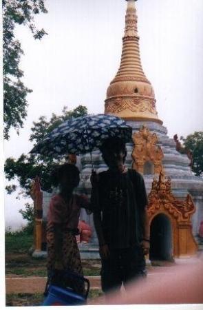 มัณฑะเลย์, พม่า: Myanmar a unes coves perdudes amb la Nenegui que no em va deixar mai portarli ni el paraigues ni