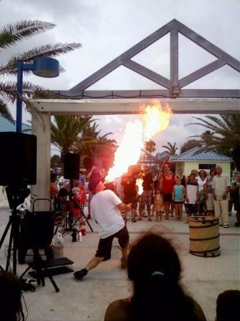 เคลียร์วอเทอร์, ฟลอริด้า: <FW> fire eater on clearwater beach