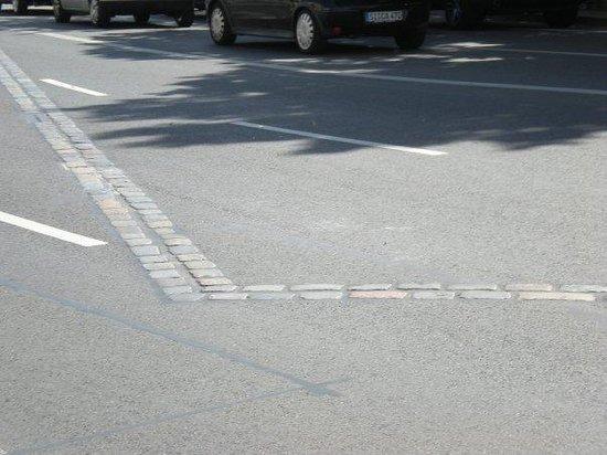 อนุสรณ์สถานกำแพงเบอร์ลิน: the brick line is where the Berlin Wall stood