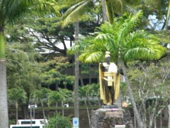 A statue in Hilo of King Komeamea.