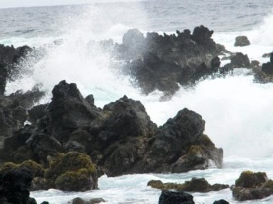 Hana, ฮาวาย: Surf in the blowhole.
