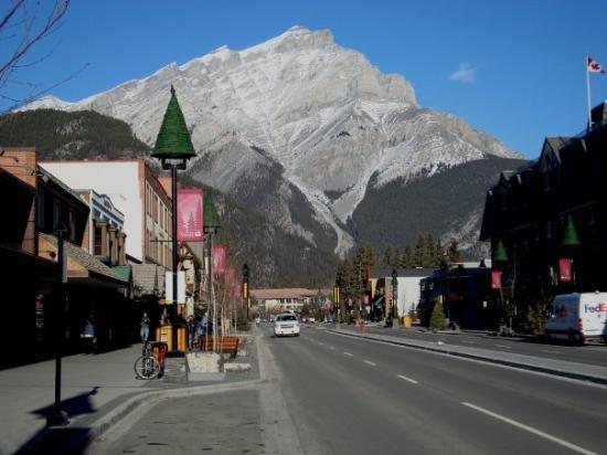 แบมฟ์, แคนาดา: Mt. Cascade, downtown Banff