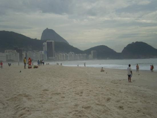 Copacabana Beach: playa copacabana y al fondo el pan de azucar
