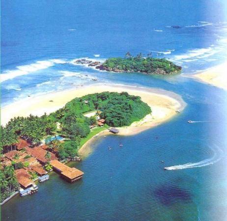 Club Bentota: Luftansicht - das Hotel nur per Boot zu erreichen und auf der kleinen Insel ist ein alter Tempel