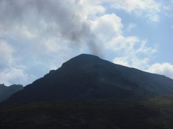 Stromboli, อิตาลี: El volcán humeando.