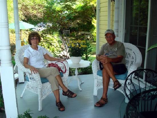 The Cherry Street Inn: Relaxing on the porch out back