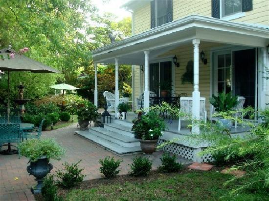 The Cherry Street Inn: parklike backyard