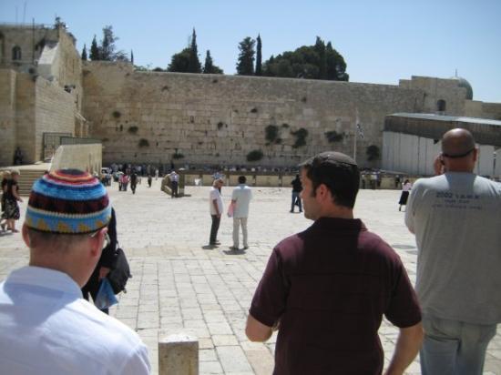 เนินพระวิหาร: Meeting up with Baruch at the Kotel.