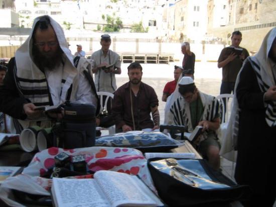 กำแพงร้องไห้: Davening in a minyan with the boys and a couple hasidim.