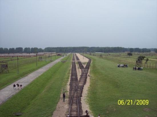 Oswiecim, โปแลนด์: The train station at Birkenau. The same train from the movie Schindler's List.