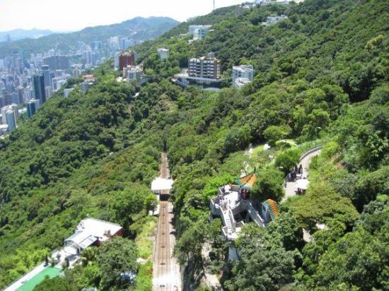 รถราง พีคทราม: View of funicular railway track from The Peak, Hong Kong.