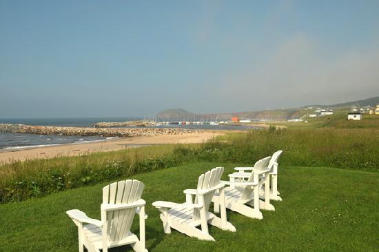 Havre-sur-Mer Inn: Chairs overlooking beach